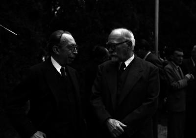 Alfonso Cravioto Mejorada conversando con otro político durante un acto en un jardín