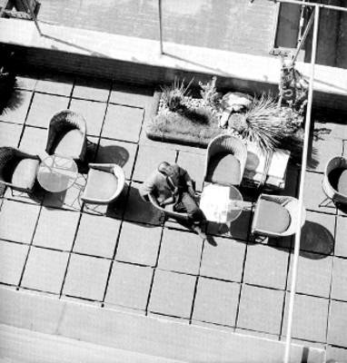 Hombre en una terraza