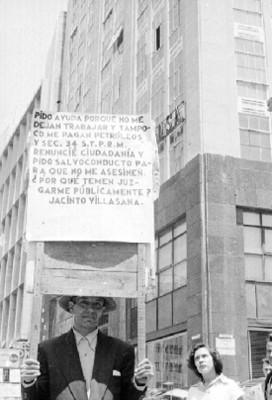 Hombre con pancartas en una calle durante una manifestación