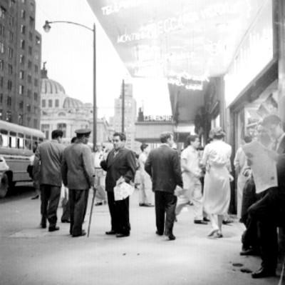 Gente fuera de un local comercial