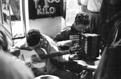 Músicos populares actuan en una calle