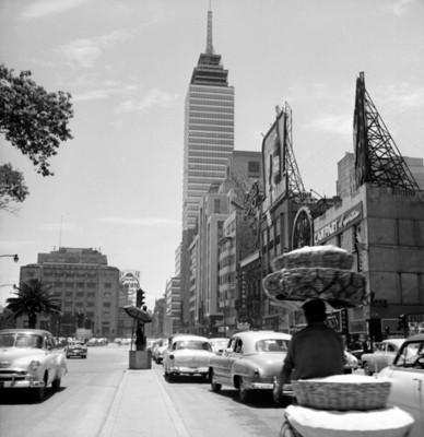 Avenida Juárez y torre Latinoamericana en la ciudad de México