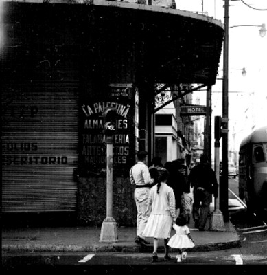 Gente camina en la esquina de la avenida 5 de Mayo