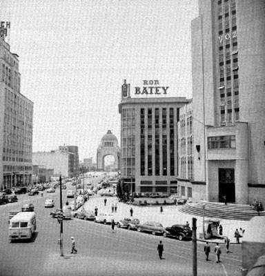 Edificios, gente y automóviles en la Avenida Juárez