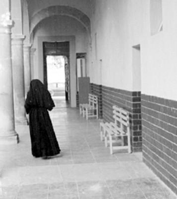 Monja camina por un corredor
