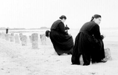 Monjas en la orilla del mar