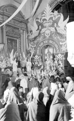 Gente durante ceremonia religiosa en una iglesia