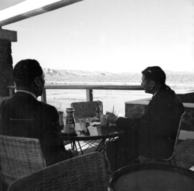 Hombres comen en una terraza