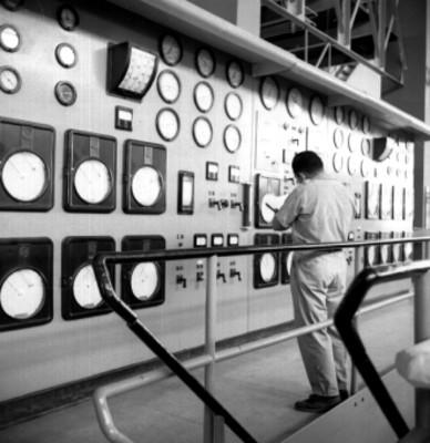 Trabajador checa los medidores en una planta eléctrica