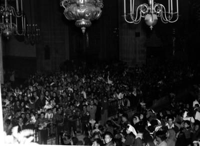 Feligreses y mariachi durante ceremonia en la Catedral Metropolitana