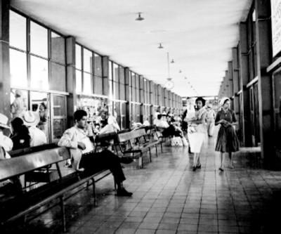 Pasajeros en la sala de espera de la terminal de autobúses