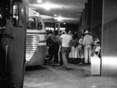 Pasajeros abordan autobús en la terminal de Guadalajara