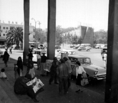 Gente fuera de la terminal de autobúses de Guadalajara