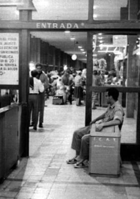 Gente en la central de autobúses de Guadalajara