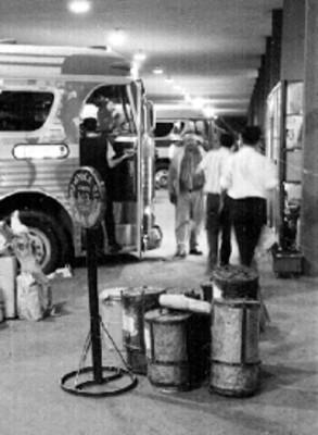 Autobús y gente en la terminal de Guadalajara