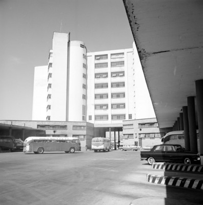 Andenes de la central de autobús y edificio, vista general