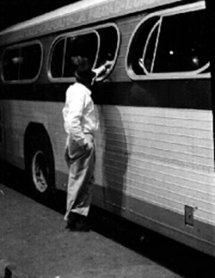 Pasajeros abordan autobús en la central de Guadalajara