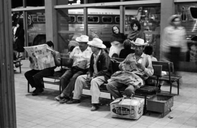 Hombres en una sala de la terminal de autobúses de Guadalajara