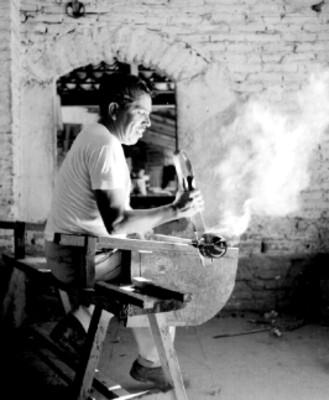 Hombre realiza artesanias de vidrio