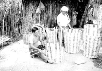Artesanos elaboran cestos de palma
