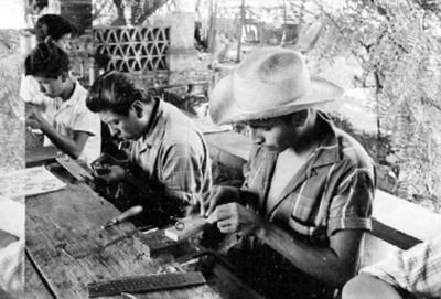 Hombres fabrican joyeria artesanal