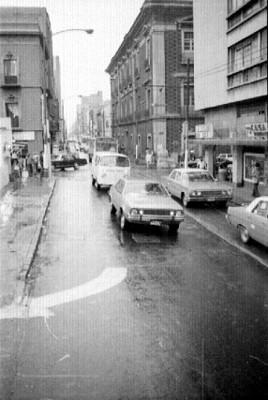 Automóviles transitan por una avenida