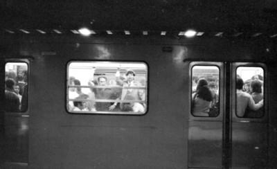 Gente se translada en un vagón del metro