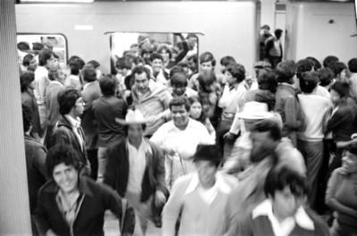 Usuarios del metro salen de un vagón