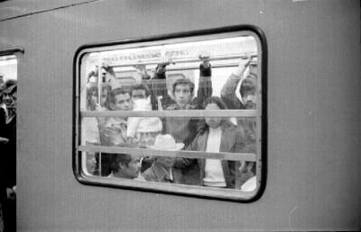 Gente a bordo de un vagón del metro