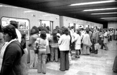 Gente espera subir del metro