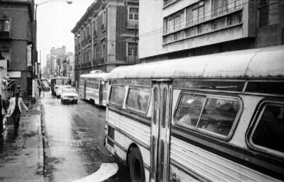 Autóbuses transitan por una avenida