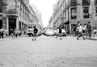 Gente transita por una calle de la ciudad