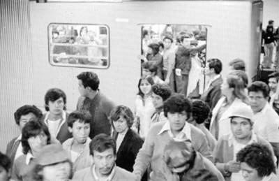 Gente baja de un vagón del metro
