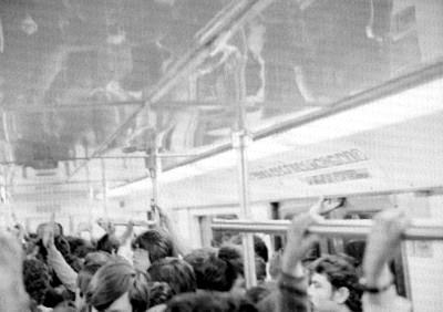 Gente en un vagón del metro
