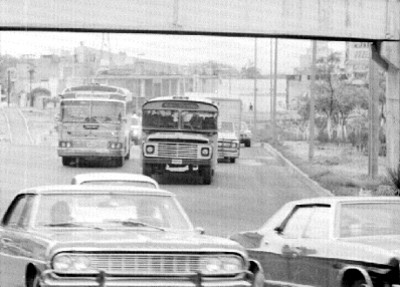 Tránsito urbano en una avenida de la ciudad