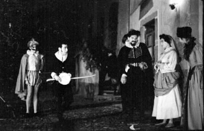 Actores en escena durante representación teatral en el Cervantino