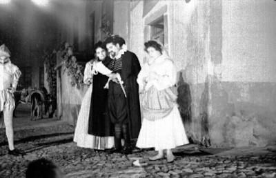 Actores durante representación teatral en el Cervantino