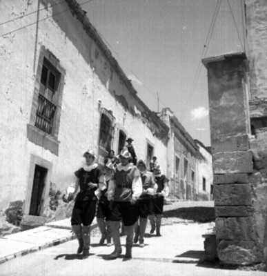 Actores en una calle de Guanajuato durante el Cervantino