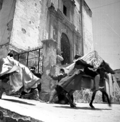 Actores con caballos durante representación teatral en el festival Cervantino