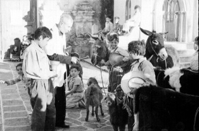 Sacerdote bendice animales en la iglesia de Mixquic