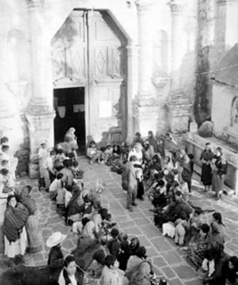 Gente en el atrio de una iglesia durante la bendición de animales