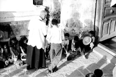 Sacerdote bendice animales en Mixquic