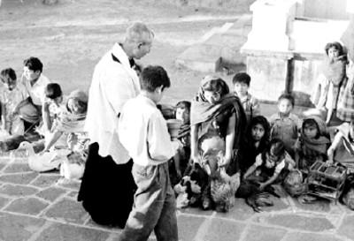 Sacerdote y niños durante la bendición de animales