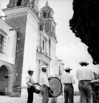 Banda musical en el atrio de una iglesia