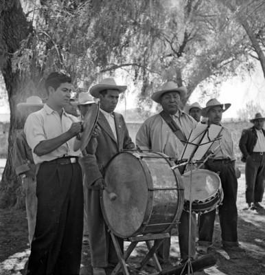 Banda músical toca en un jardín