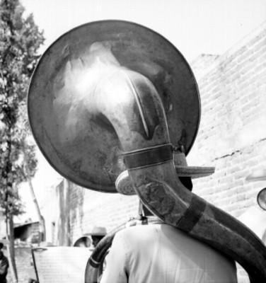 Músico toca la tuba en una calle