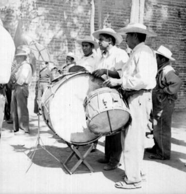 Banda músical toca en una calle