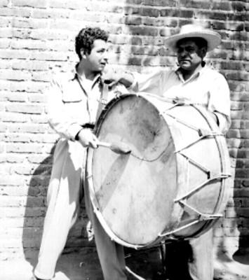 Músico toca el tambor en una calle