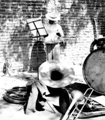 Músico e instrumentos musicales en una calle
