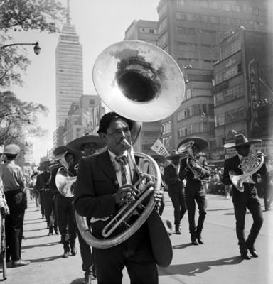 Banda de músicos en la avenida Juárez